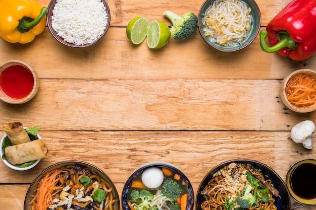 Feld gemacht mit traditionellem thailändischem lebensmittel mit gemüse auf hölzernem schreibtisch