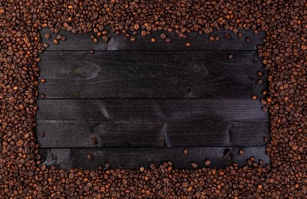 Feld gemacht von den röstkaffeebohnen auf schwarzem