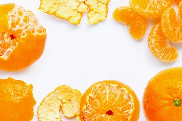 Feld gemacht von der frischen orange zitrusfrucht lokalisiert auf weißem hintergrund.