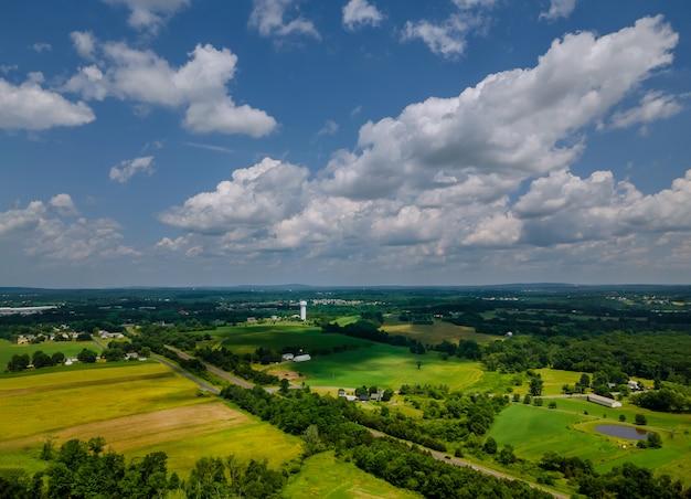 Feld mit grün mit graswiesen an einem hellen sonnigen tag.