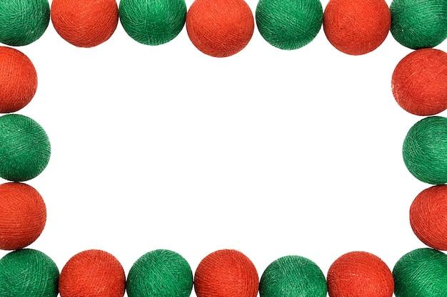 Feld roter und grüner weihnachtsball lokalisiert auf weißem hintergrund