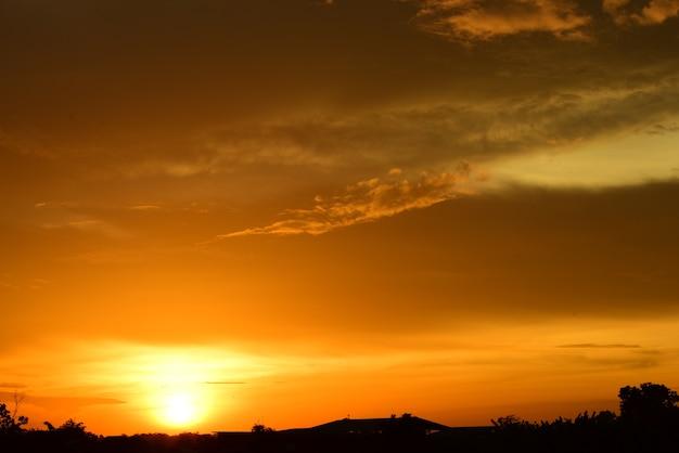 Feld und himmel mit dunklen wolken sonnenuntergang im grünen feld
