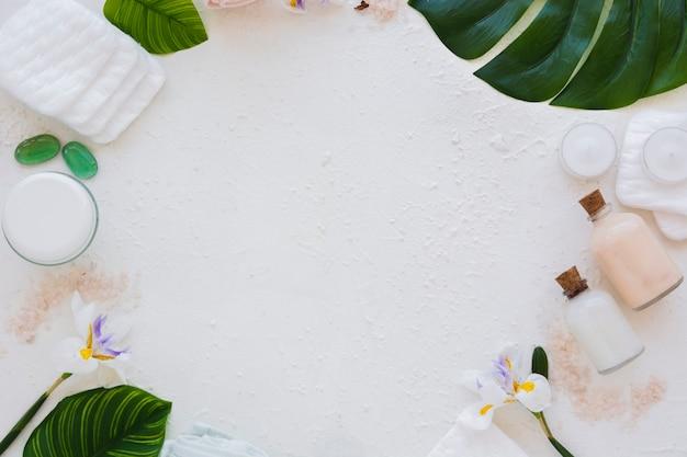 Feld von badprodukten auf weißem hintergrund