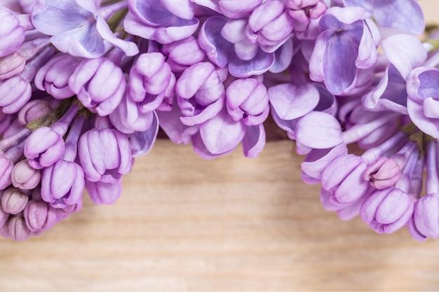 Feld von den lila blumen auf hölzernem hintergrund mit kopienraum. schöne blumennahaufnahme. frühlings-grußkarte. tiefenschärfe.