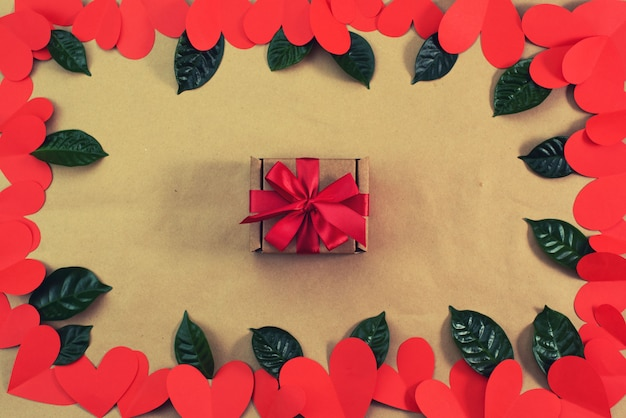 Feld von den roten herzen, die mit einem geschenkkonzept des valentinstags verpacken