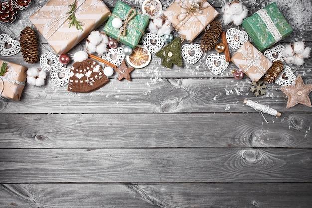 Feld von den weihnachtsdekorationen auf einem alten holztisch. feiertage weihnachten hintergrund
