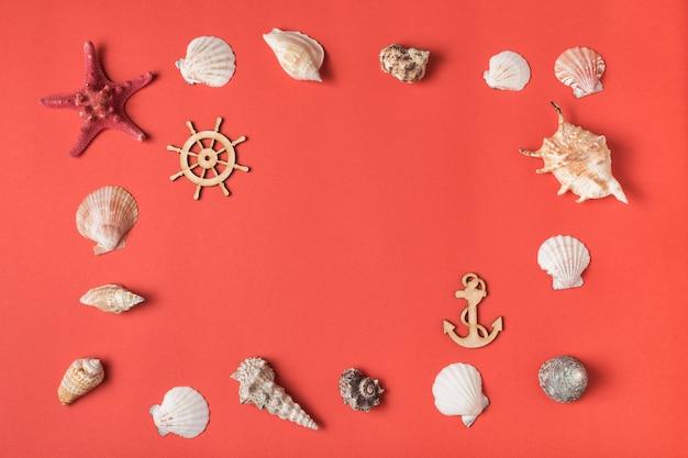 Feld von der vielzahl von muscheln auf dem hintergrund der lebenden koralle. flach liegen. marine-konzept