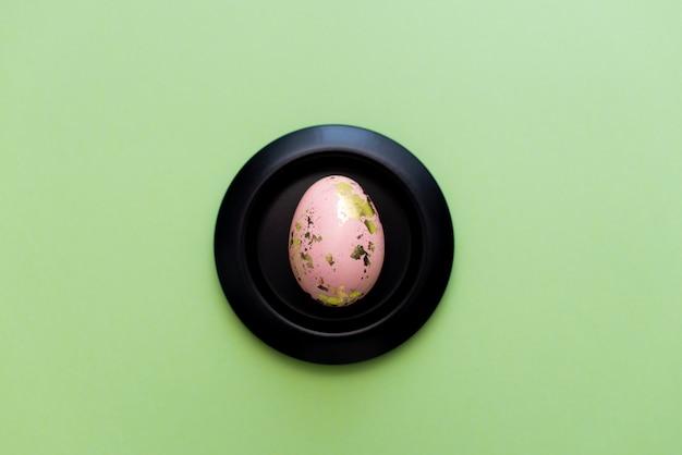 Feld von goldenen verzierten eiern ostern auf grünem pastellhintergrund.