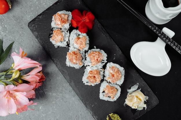 Felixbrötchen mit thunfisch-wasabi-sauce und eingelegtem ingwer auf einer tafel.