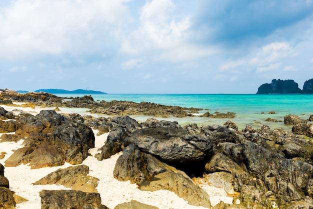 Felsen am strand im tropischen meer in der provinz bamboo island krabi
