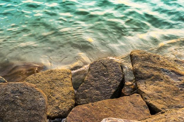 Felsen auf dem seehintergrund