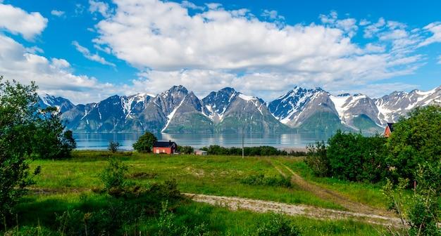 Felsen des sognefjords, drittlängster fjord der welt und größter in norwegen.