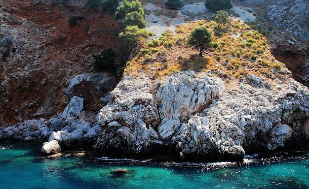 Felsen im schönen naturlandschaftshintergrund des meeres