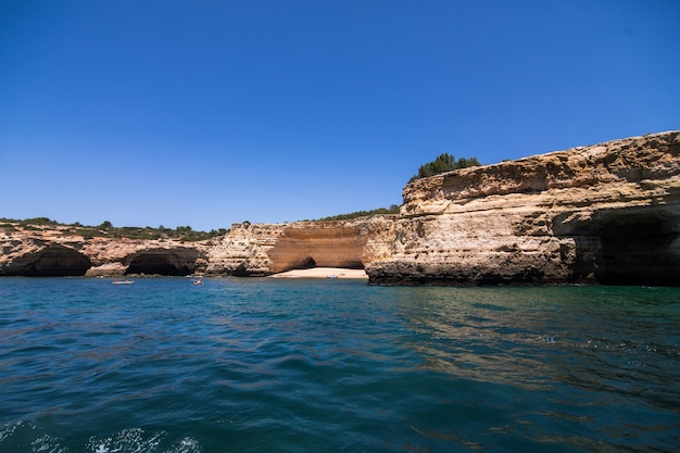 Felsen, klippen und ozeanlandschaft an der küste in aalgarve, portugal ansicht vom boot