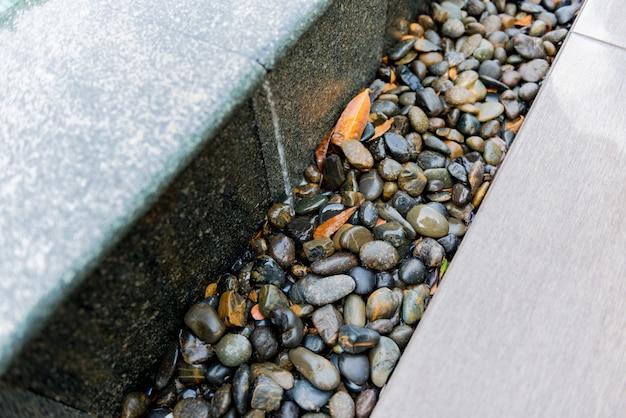 Felsen neben dem pool