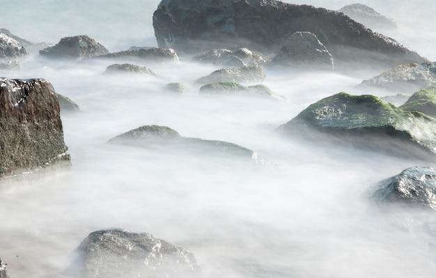 Felsen über dem wasser (küste von badalona - spanien)