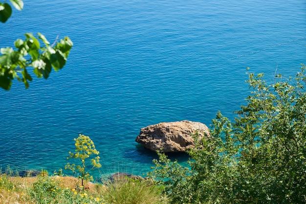 Felsen und blauer seehintergrund