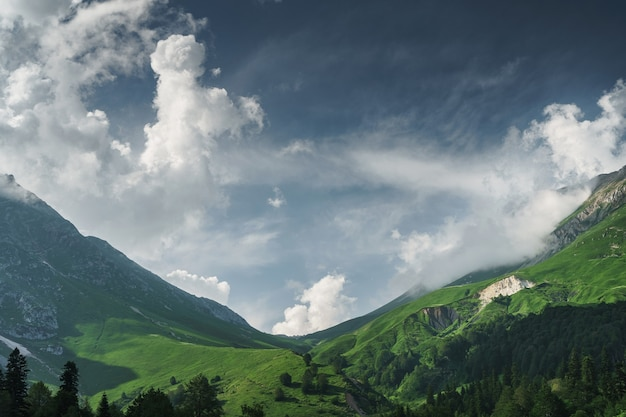Felsen und ein pass mit blauem himmel mit sonnenstrahlen, die durch die wolken brechen. fisht oshten ist ein berggipfel im westlichen teil des kaukasischen hauptkamms