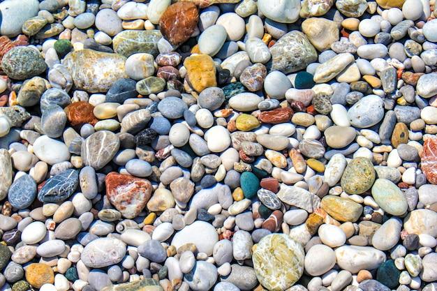 Felsen und kiesel unter der wasseroberfläche