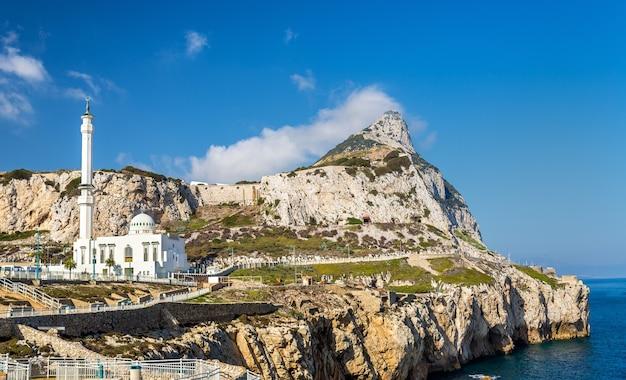 Felsen von gibraltar und eine moschee vom europa point in gibraltar aus gesehen