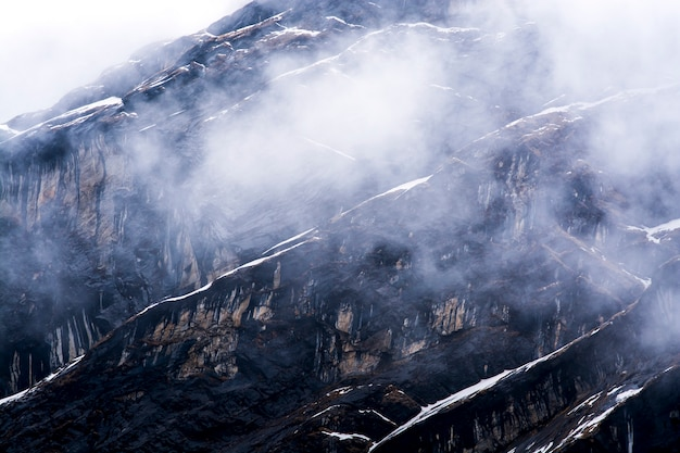 Felsenberg und nebel in nepal