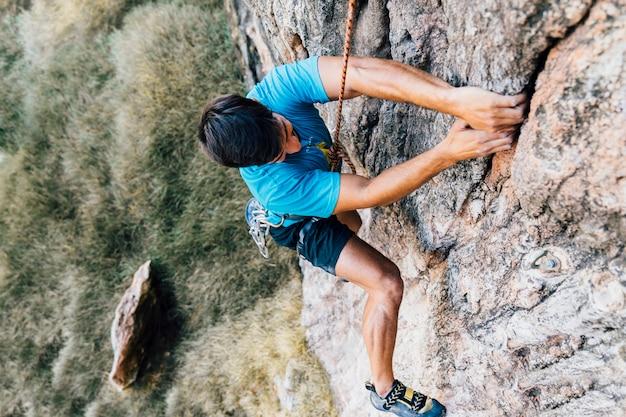 Felsenbergsteiger auf steiler wand