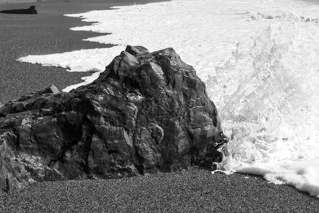 Felsformation mit meeresschaum am strand, pacific rim nationalpark reserve, tofino, vancouver island,