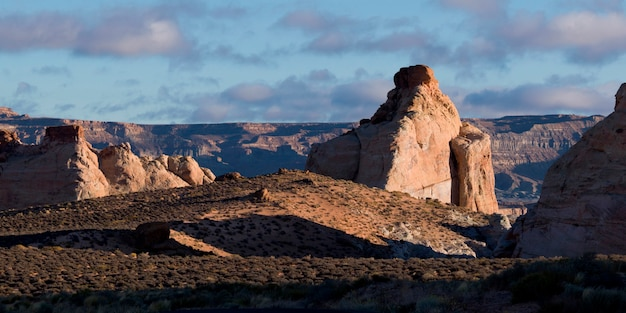 Felsformationen auf einer landschaft, amangiri, canyon point, hoodoo trail, utah, usa