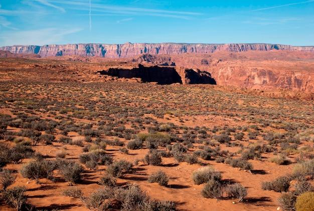 Felsformationen in einer wüste, horseshoe bend, page, arizona, usa