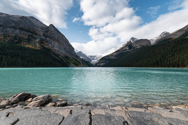 Felsige berge mit blauem himmel in lake louise im banff-nationalpark