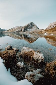 Felsige berge und see