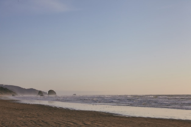 Felsige küste des pazifischen ozeans am cannon beach, oregon, usa