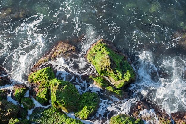 Felsige küste mit plätschernden wellen