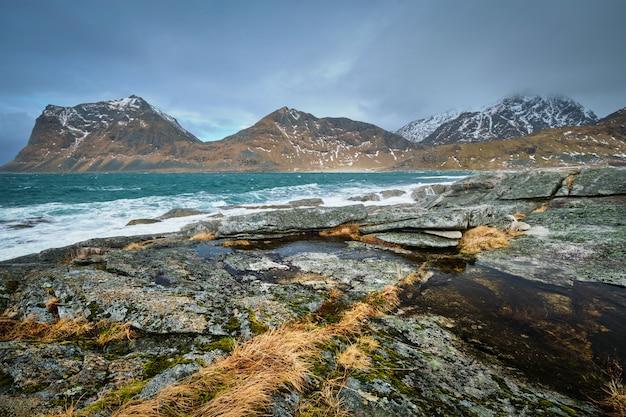 Felsige küste von fjord in norwegen
