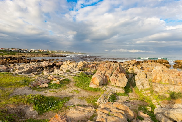 Felsige küstenlinie auf dem ozean bei de kelders, südafrika