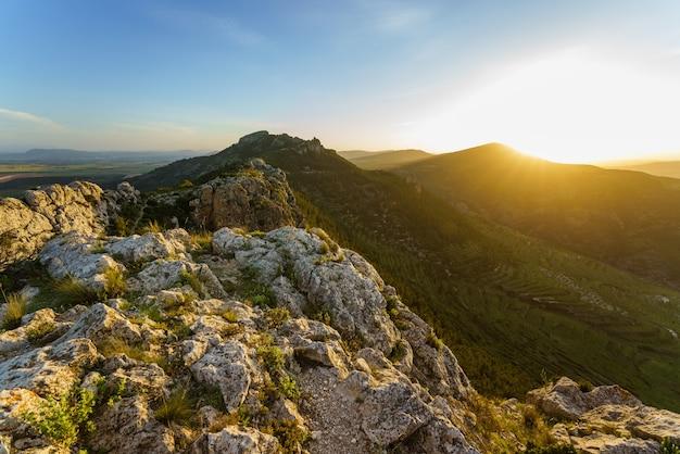 Felsige landschaft zur goldenen stunde capurutxo peak in la font de la figuera valencia spanien