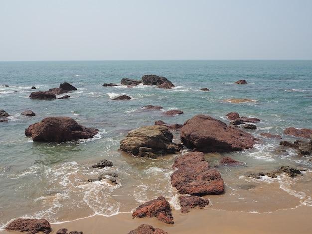 Felsige meeresküste mit vulkanischen felsbrocken im indischen bundesstaat goa