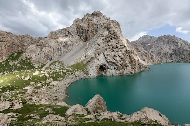 Felsige ufer des bergsees in großer höhe