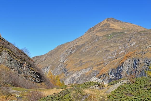 Felsiger berg im französischen nationalpark im herbst unter blauem himmel