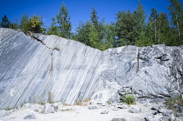 Felsiger berg mit tiefen schnitten