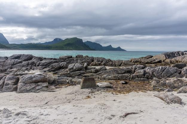 Felsiges ufer, sandstrand mit türkisfarbenem wasser, lofoten-archipel, norwegen