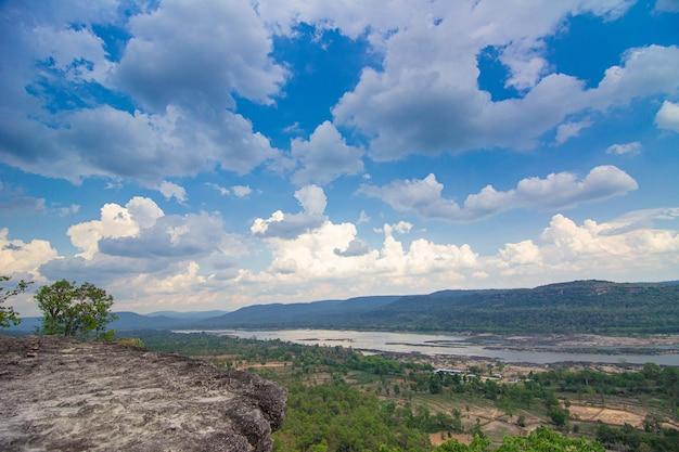 Felswand mit naturlandschaft