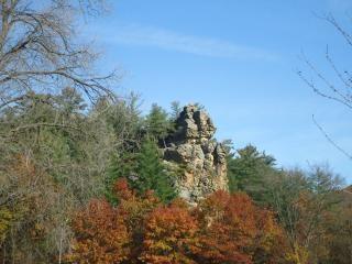 Felswand unter bäumen