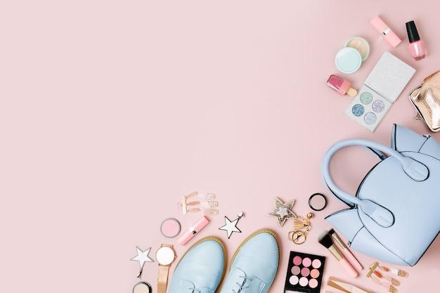 Feminine accessoires-collage mit handtasche, schuhen und beauty-produkten. flache lage, ansicht von oben. modekonzept in pastellfarben