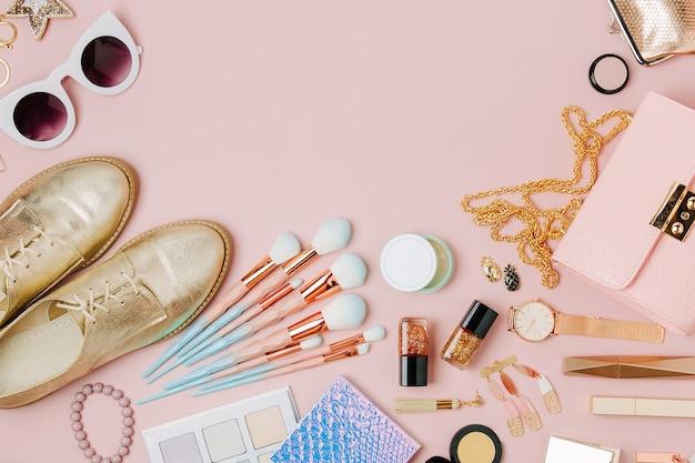 Feminine accessoires-collage mit handtaschenschuhen und schönheitsprodukten flache draufsicht