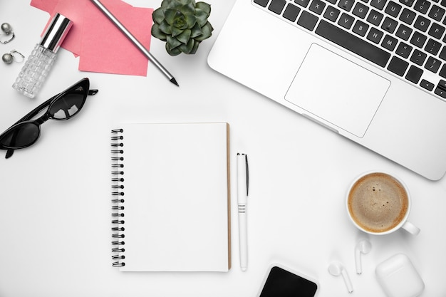 . femininer home-office-arbeitsbereich, copyspace. inspirierender arbeitsplatz für produktivität. konzept von business, mode, freelance, finanzen und kunstwerken. . moderne geräte.
