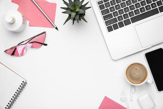 Femininer home-office-arbeitsbereich, copyspace. inspirierender arbeitsplatz für produktivität.