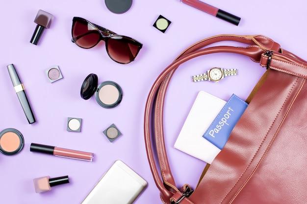 Femininer modehintergrund. make-up-produkte und frauenaccessoires liegen flach auf pastellfarbenem hintergrund
