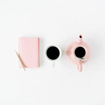 Femininer trendiger wohnraum: rosa tagebuch, teekanne, kaffeetasse und goldener stift