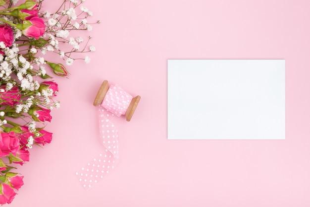 Feminines layout mit blankokarte und blumenstrauß